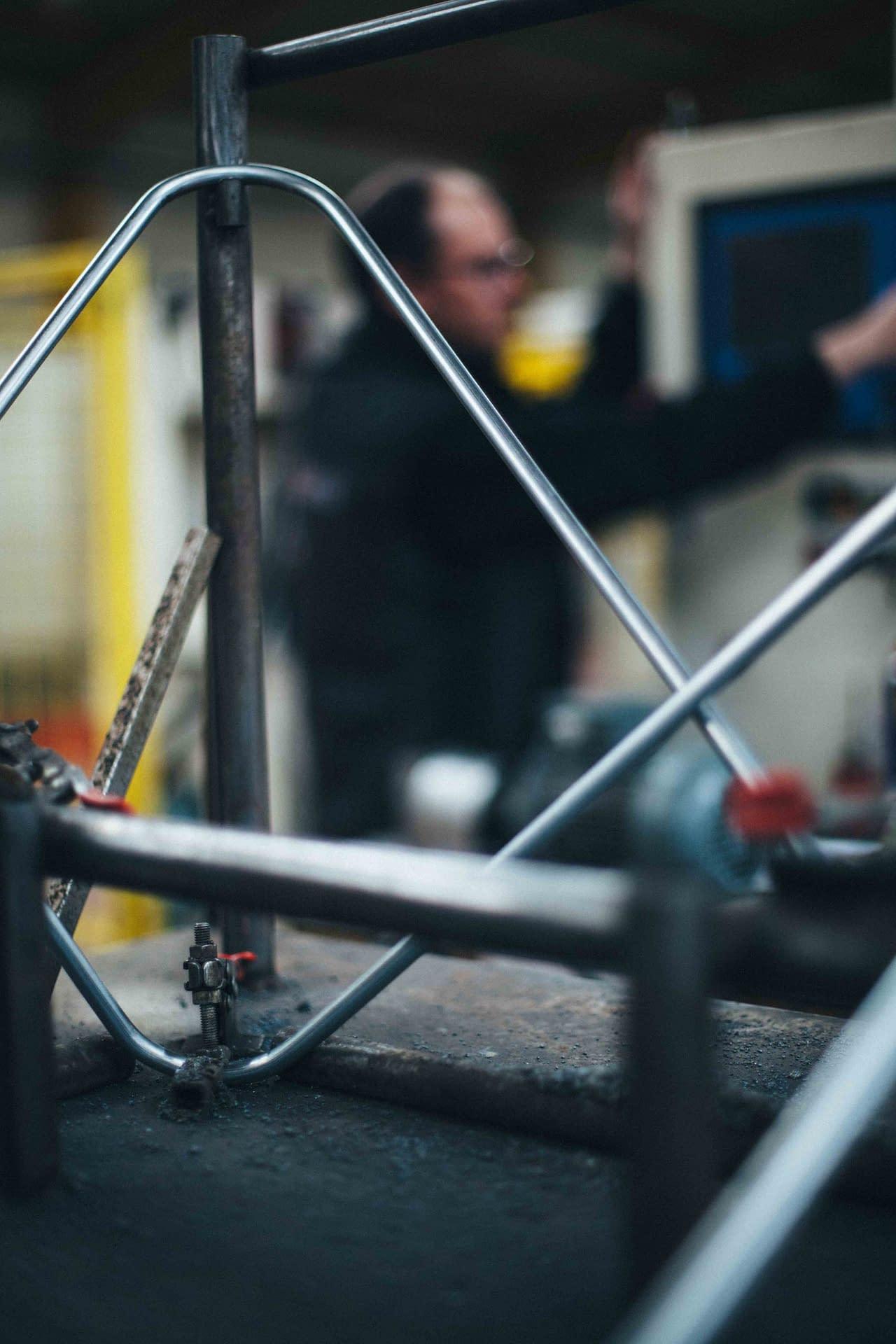 Cintrage de fil métallique : Prototype de chaise design fabriquée chez CFT Industrie